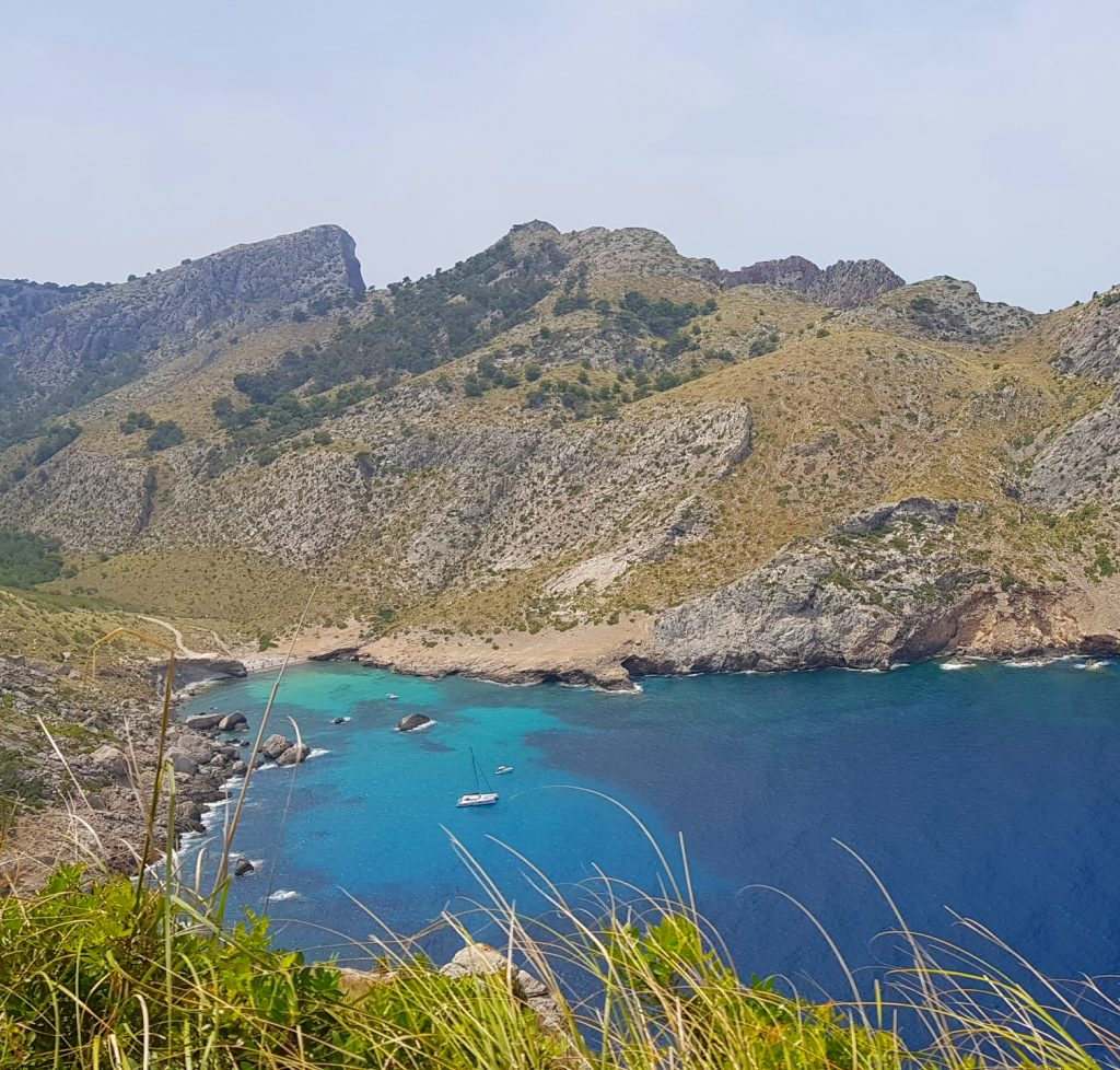 Utsikt på vei mot Cap Formentor med bil