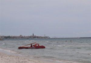 Lang hvit strand i Alghero Sardinia