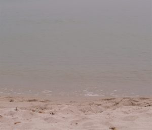 Sandstrand i vannkanten