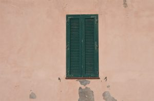Gamlebyen i Sardinia vindu