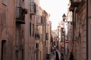 Smale gater i gamlebyen Alghero Sardinia
