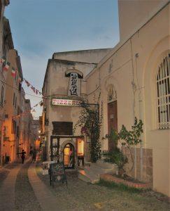 Gamlebyen i Alghero på kvelden