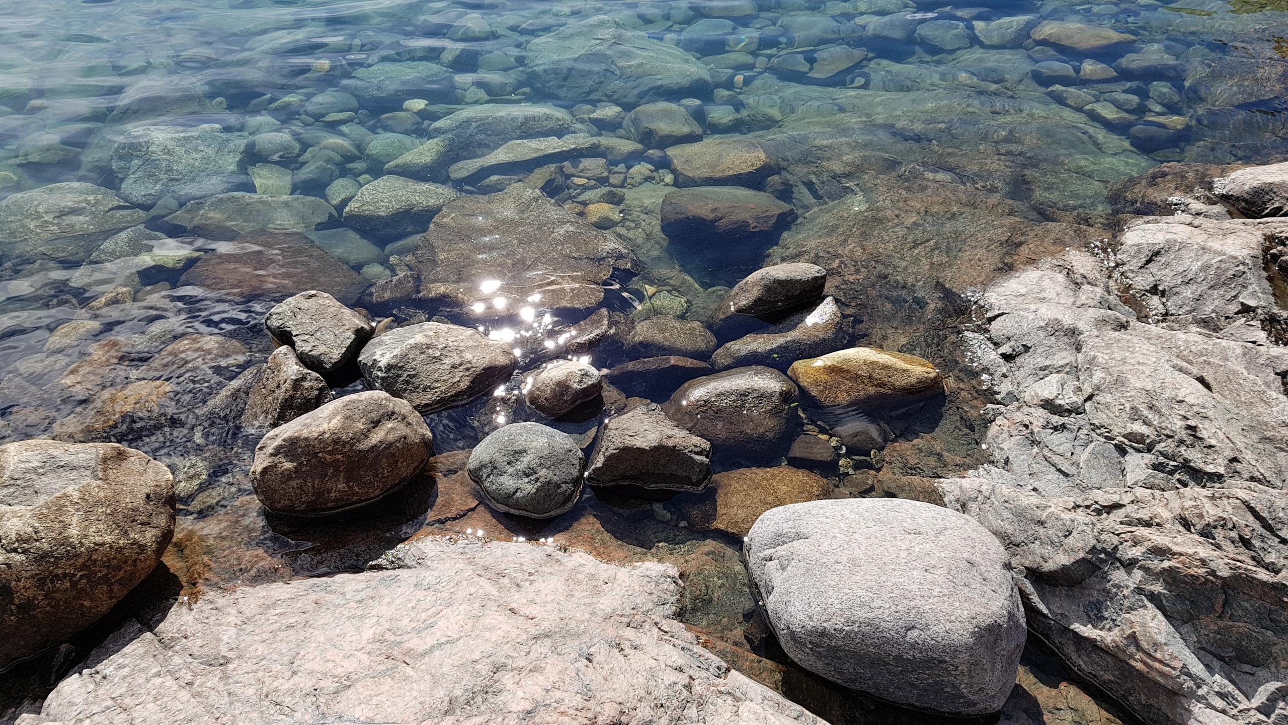Krystallklart vann i Bygdin vannet.