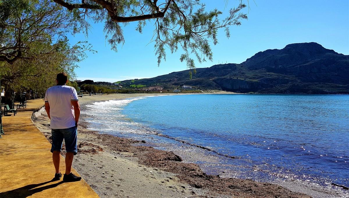 Stille på stranden på Kreta i februar