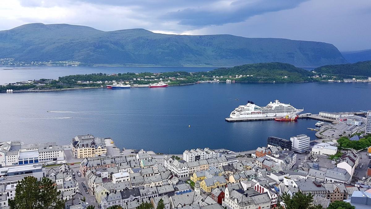 Utsikt mot Cruisebåthavene og fjellene utenfor Ålesund