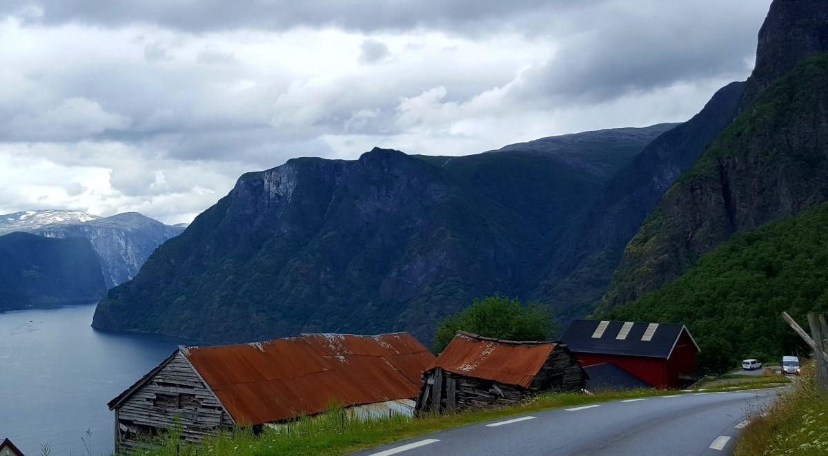 Utsikt fra bilvinduet - Aurlandsfjorden