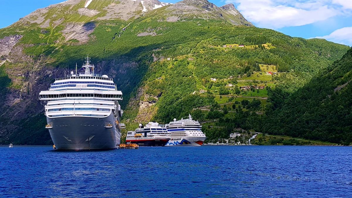 Hurtigruten og Cruiseskip i Geirangerfjorden