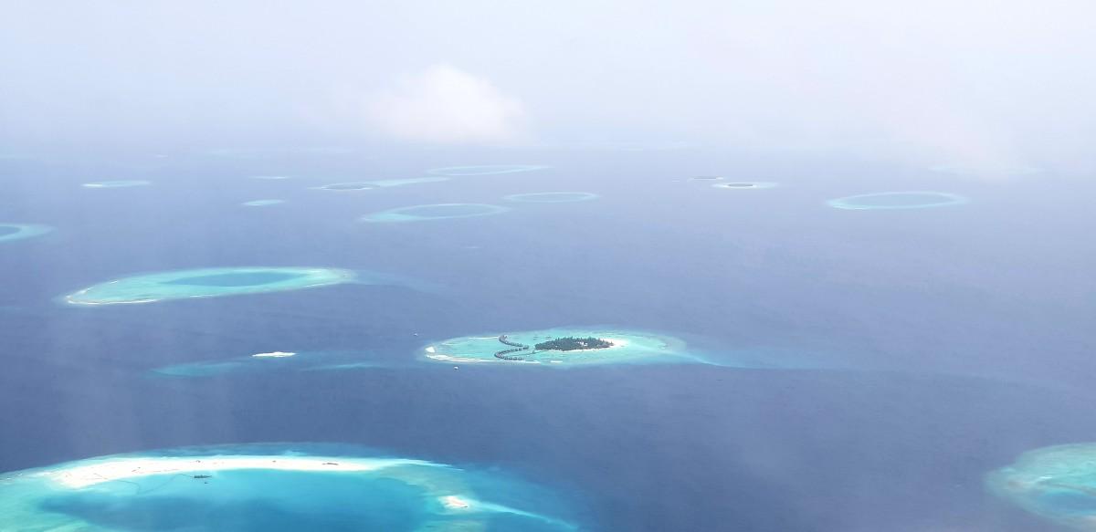 Utsikt fra flyet til Maldivene