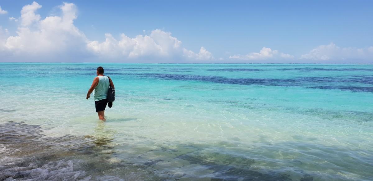 Gåtur langs stranden på Maldivene