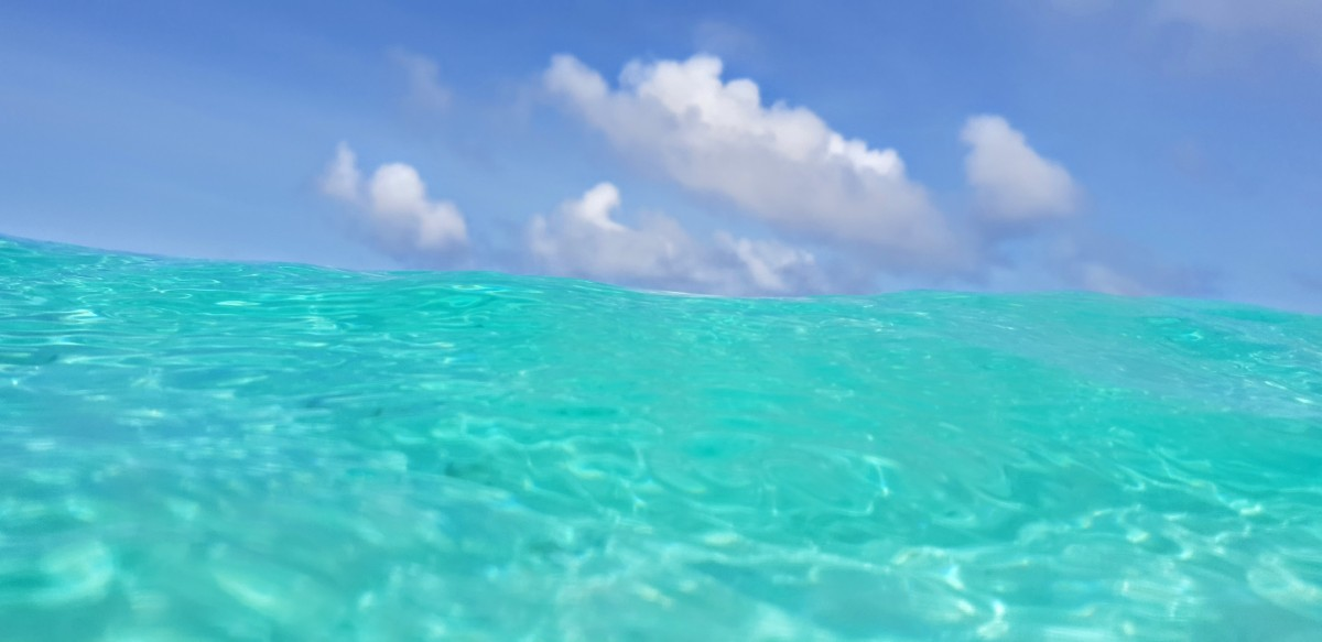 Blå himmel og turkist vann på Sun Island Maldivene