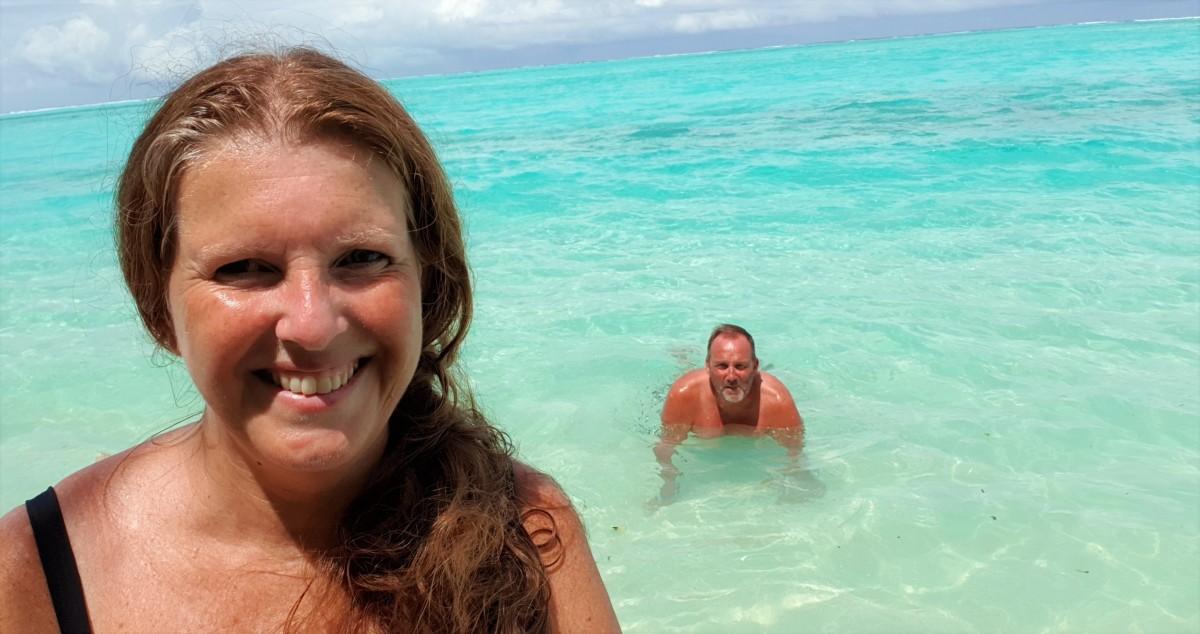 Bade i krystallklart vann på Sun Island Resort, Maldivene