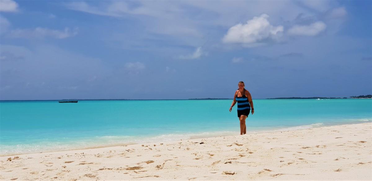 Gåtur på stranden på Maldivene.