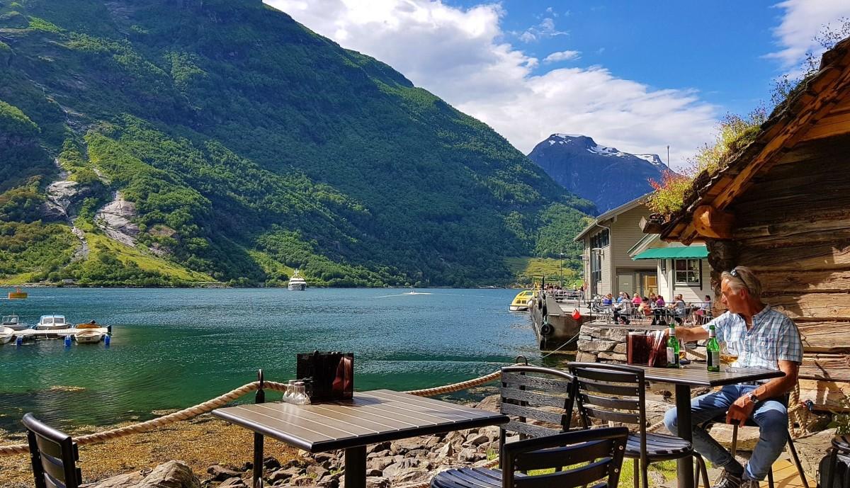 Restaurant med utsikt i ved fjorden i Geiranger
