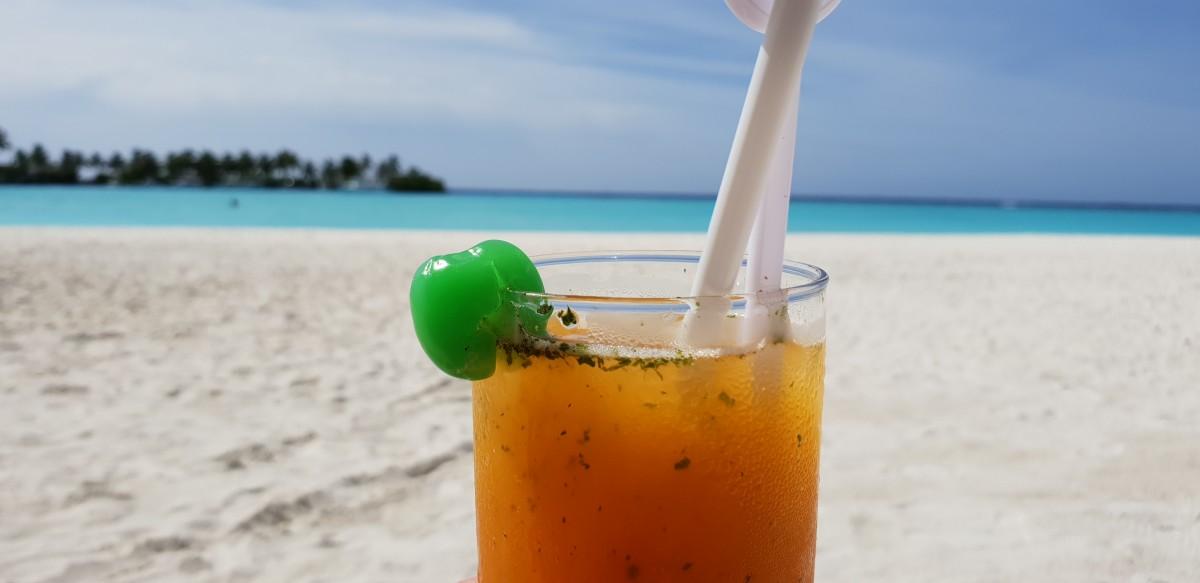 Drink på stranden på Maldivene