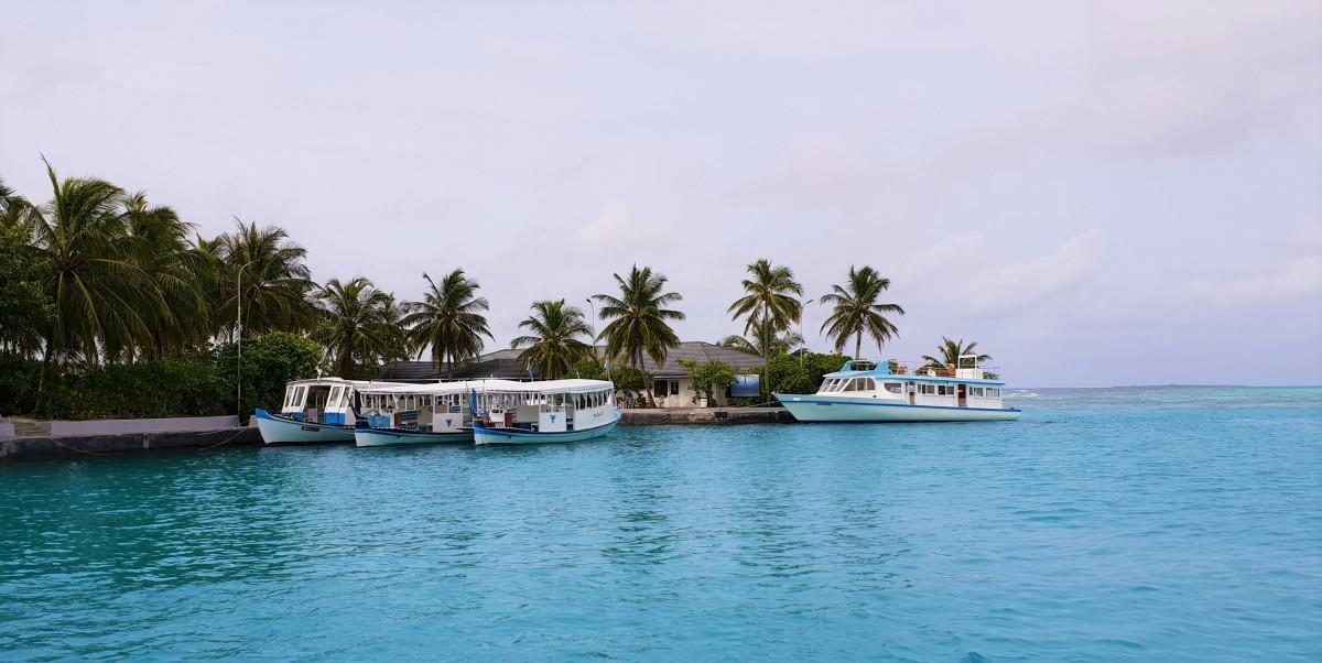 Båter til utflukter på Sun Island, Maldivene