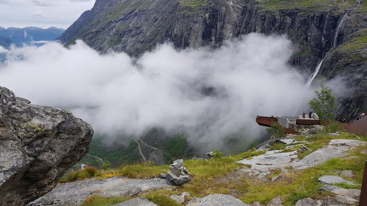Trollstigen med tåkelokk. Utsiktgspunkt på toppen.