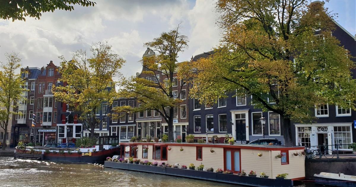 Husbåter på kanalen i Amsterdam
