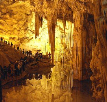 365 trappetrinn i klippeveggen til Grotta di Nettuno på Sardinia